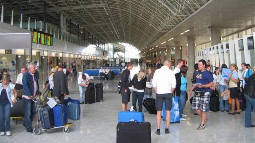 Tres hombres acaban detenidos en el aeropuerto de Fuerteventura por falsedad documental