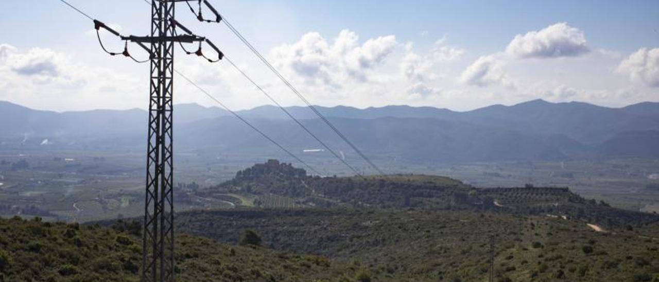 Torre eléctrica de la línea que cruza la sierra al norte de Montesa, en una imagen de archivo   PERALES IBORRA