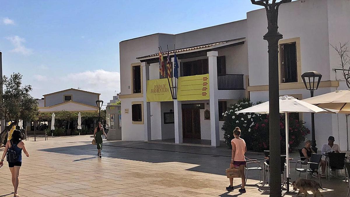 Fachada del Consell de Formentera, en la plaza de la Constitució de Sant Francesc.