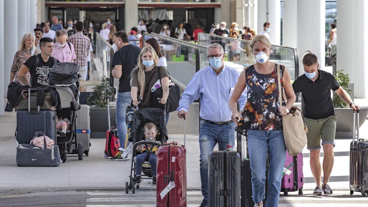 Turistas a su llegada al aeropuerto de Palma.