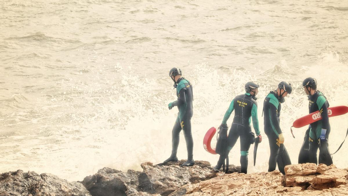 La Guardia Civil busca el cuerpo de un hombre desaparecido ayer en las calas de Torrevieja, cuando se bañaba. Ayer fue recuperado el cadáver de una mujer