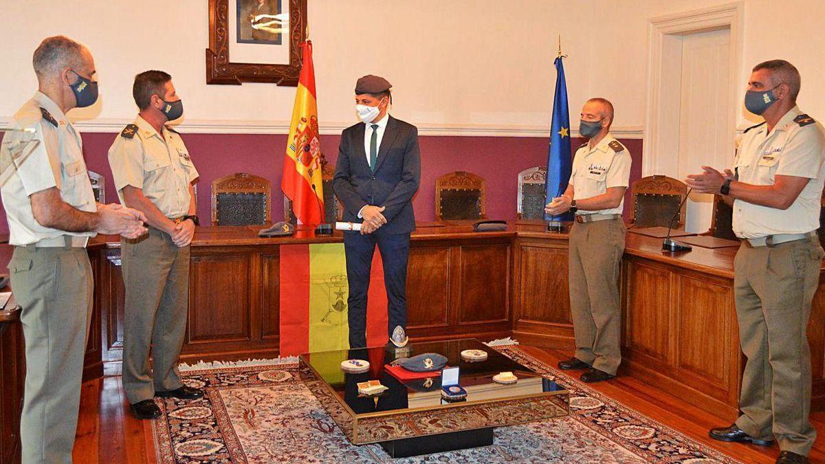 Acto de entrega del reconocimiento, ayer, en el Concello de Ponte Caldelas.