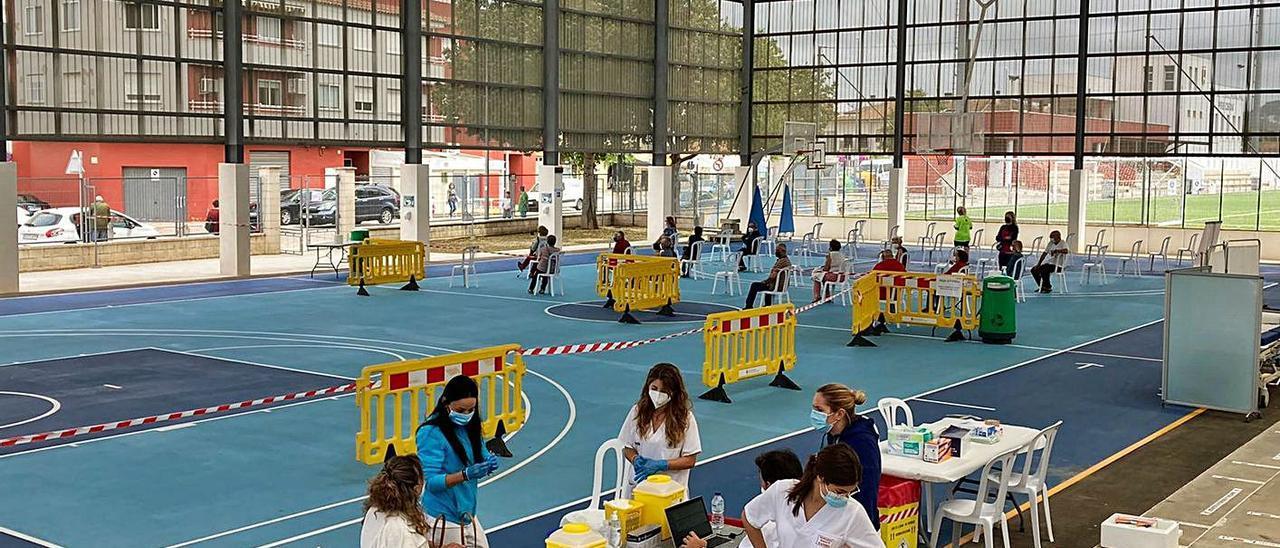 Vacunación masiva en el polideportivo municipal de Bellreguard esta semana.   LEVANTE-EMV