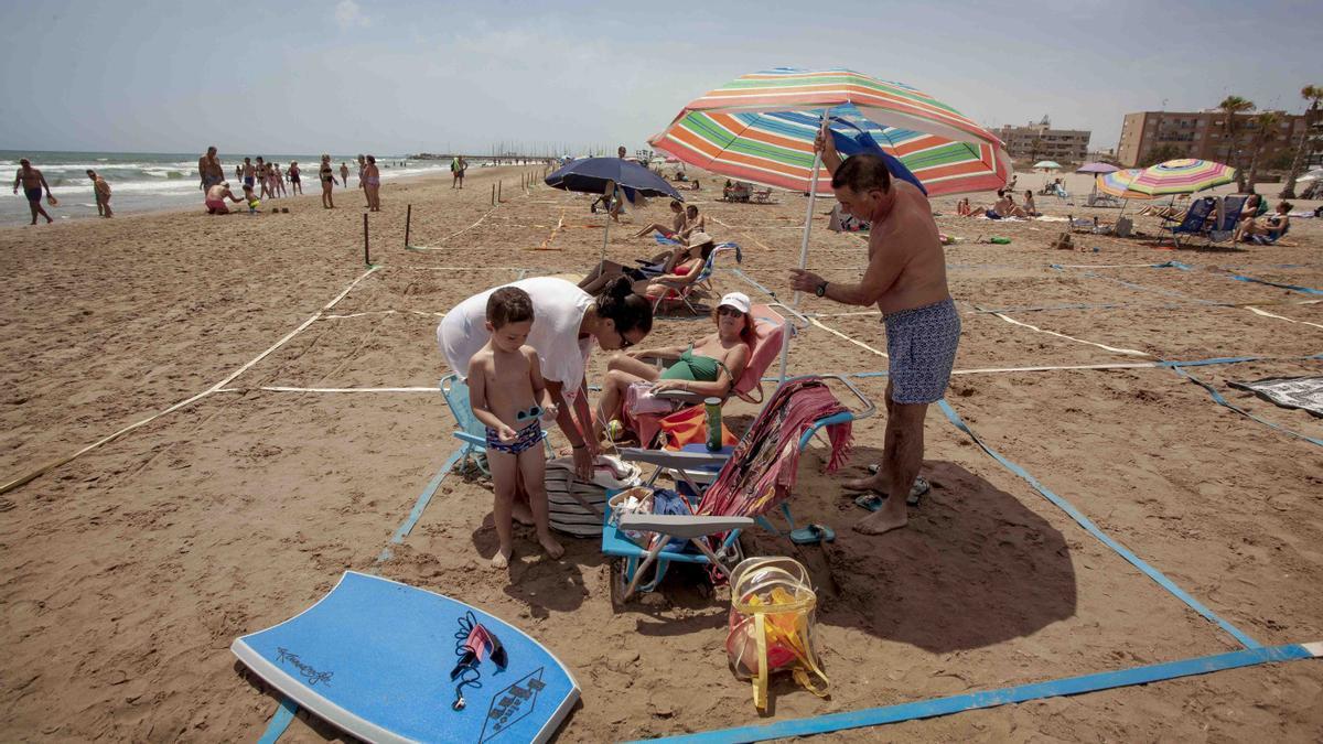 Nuevas y extrañas costumbres irrumpieron durante el verano. La playa de Canet se parceló para garantizar la distancia social en la prevención contra el COVID-19.