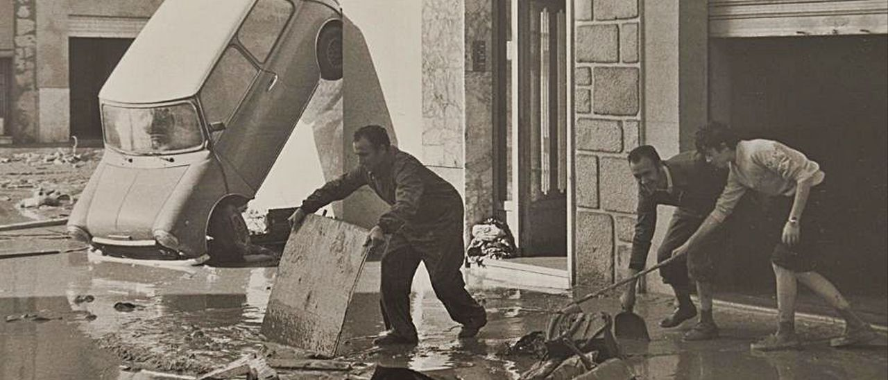 Trabajos de limpieza tras las inundaciones de 1982. | L-EMV