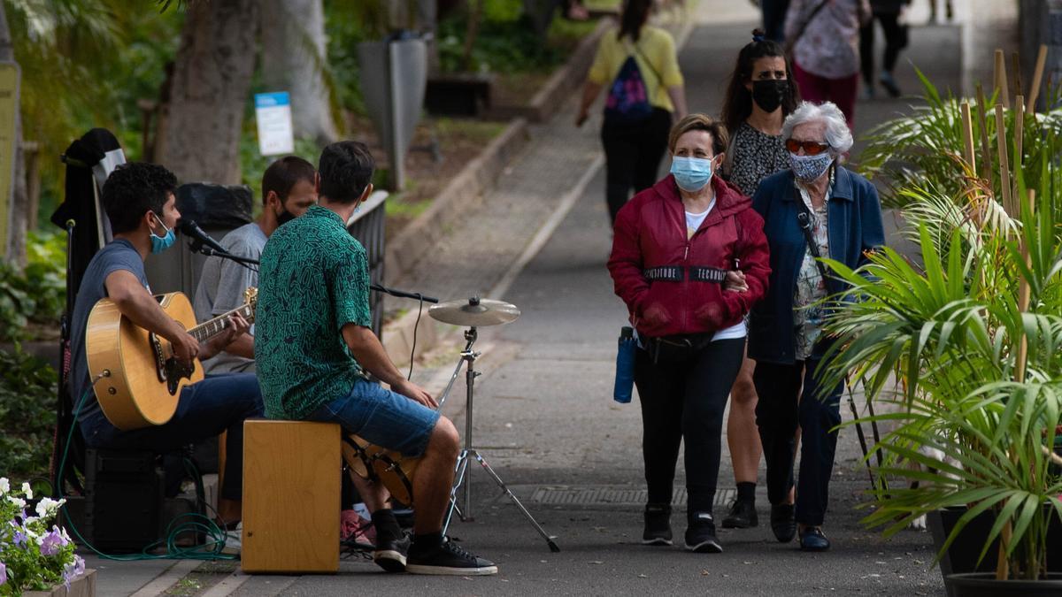Varias personas pasean ayer por las calles de la capital santacrucera.