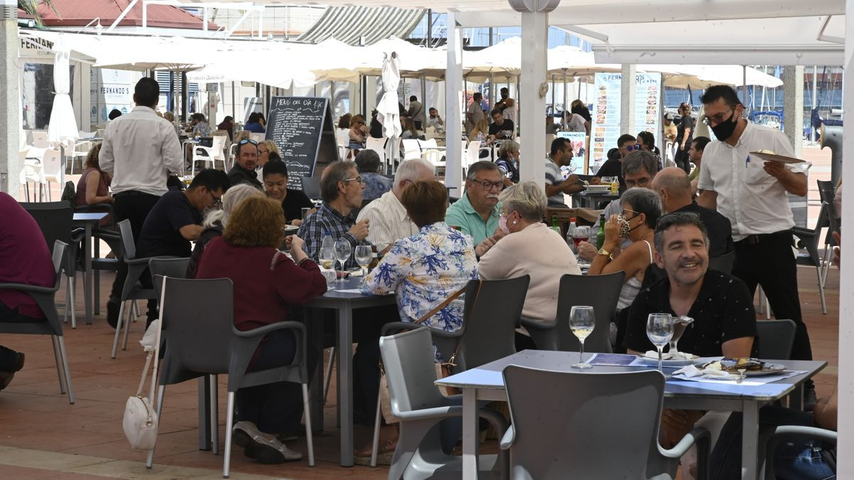 La ampliación de horarios en la hostelería y la temporada estival han impulsado al empleo dentro de este sector.