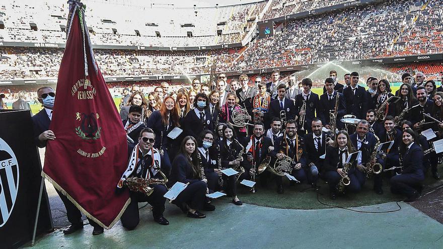 La Agrupació Musical Vernissa en el estadio de Mestalla