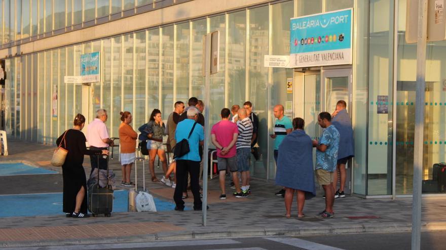 Un ferry encalla en el puerto de Denia con 400 pasajeros