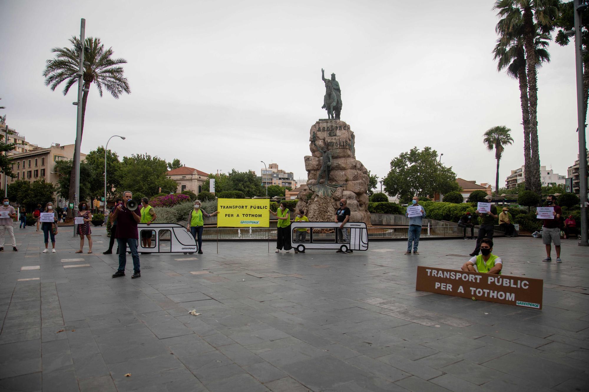 Concentración en Palma para exigir más transporte público