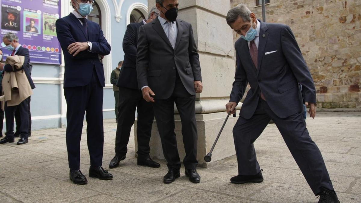 """Andrés Vázquez con la """"muleta"""" a las puertas del Teatro Ramos Carrión de Zamora."""