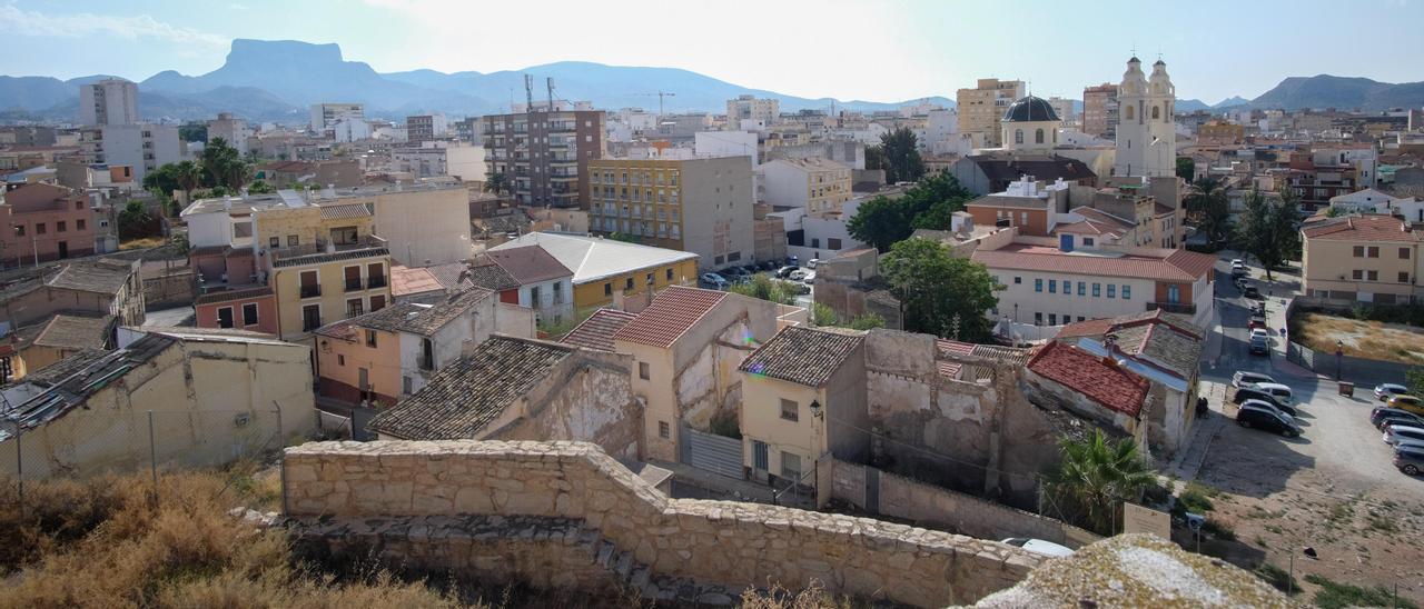 Vista del casco antiguo de Elda tomada desde la torre del palacio condal, donde se aprecia el entorno degradado que circunda a la fortaleza construida entre los siglo XII y XIII.