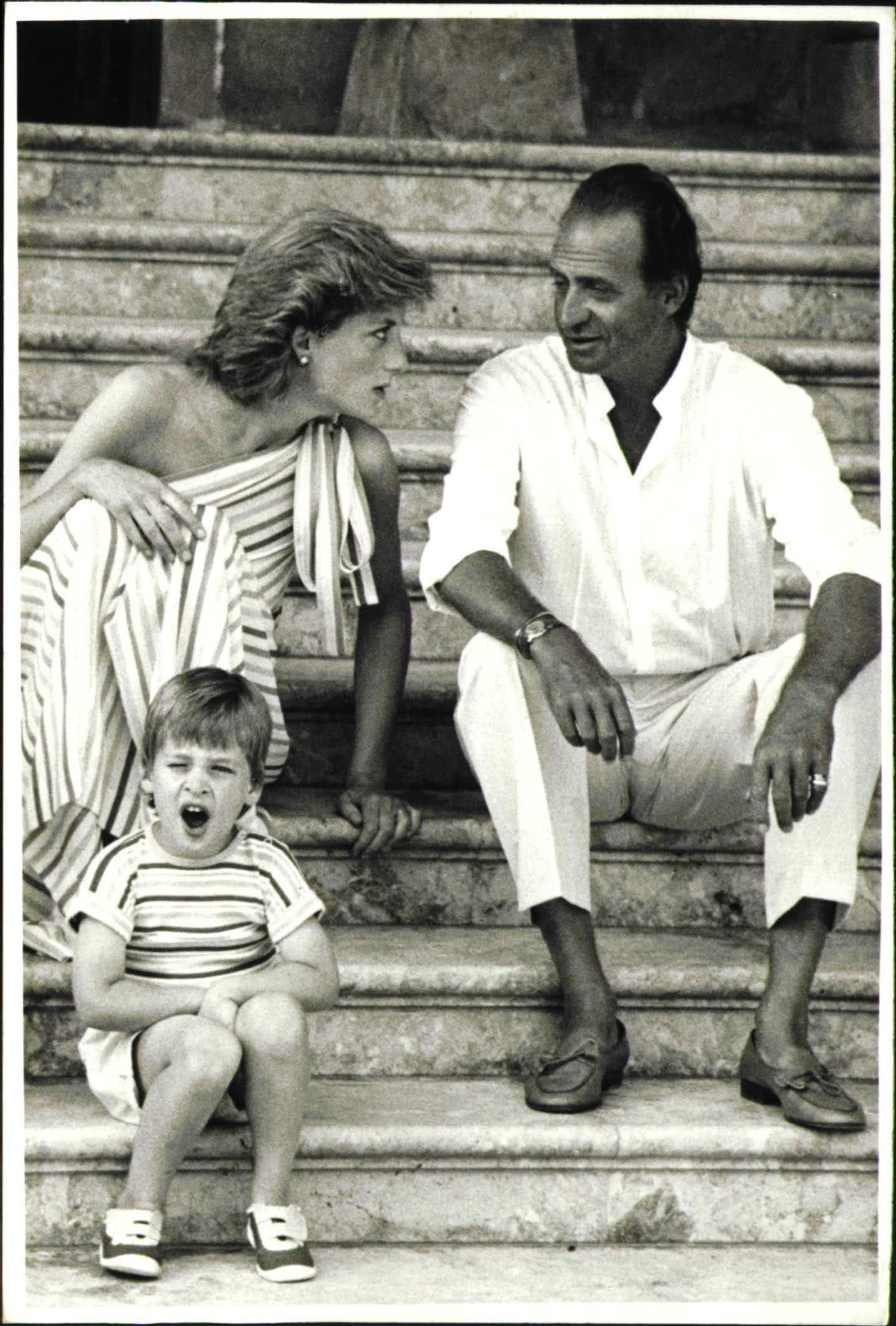 Diana de Gales junto a su primogénito y el rey Juan Carlos l.