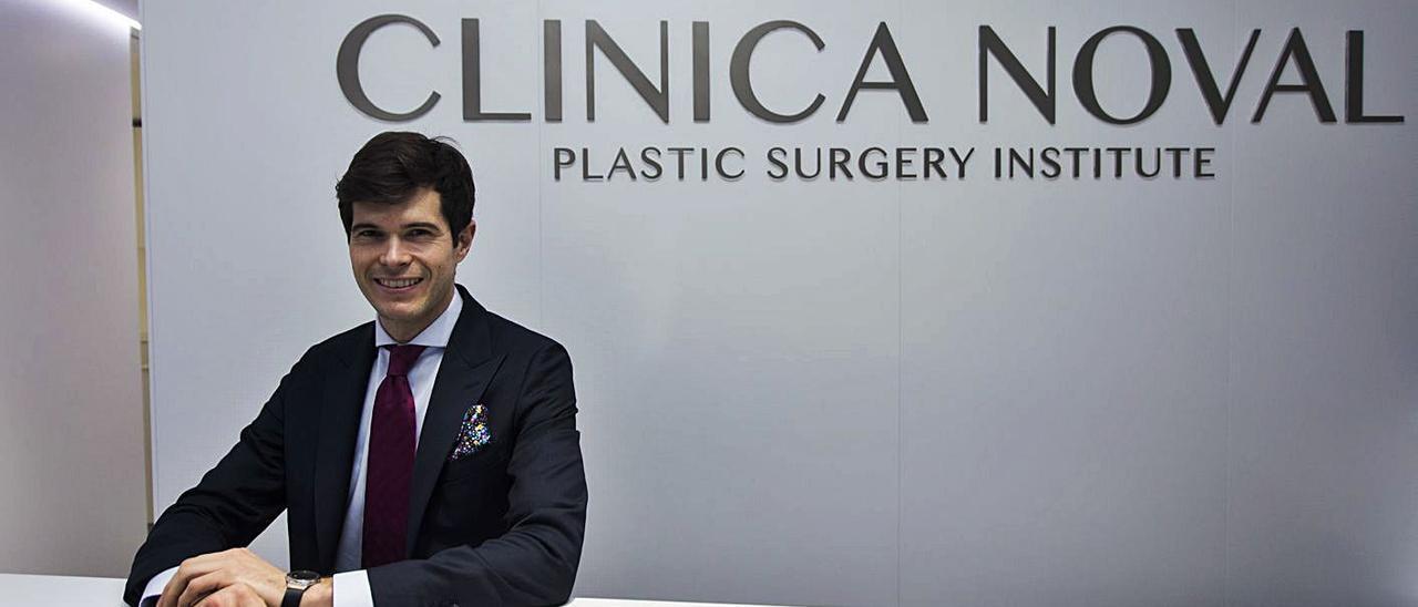 El cirujano plástico César Noval, en las instalaciones de su clínica en València. | GERMÁN CABALLERO