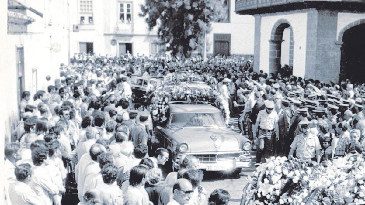 Una multitud acudió al entierro del coronel Aurelio Pérez-Zamora en Santa Cruz de Tenerife.