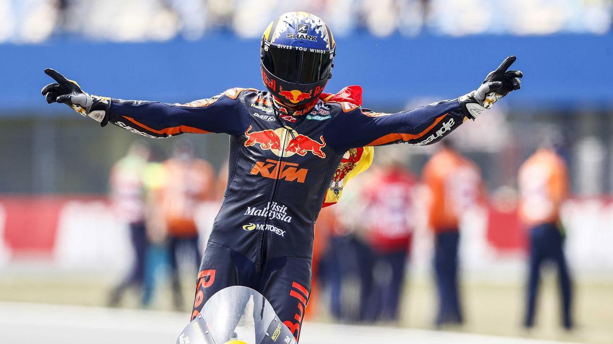 Raúl Fernández celebra u victoria en Moto2 en el circuito de Assen.