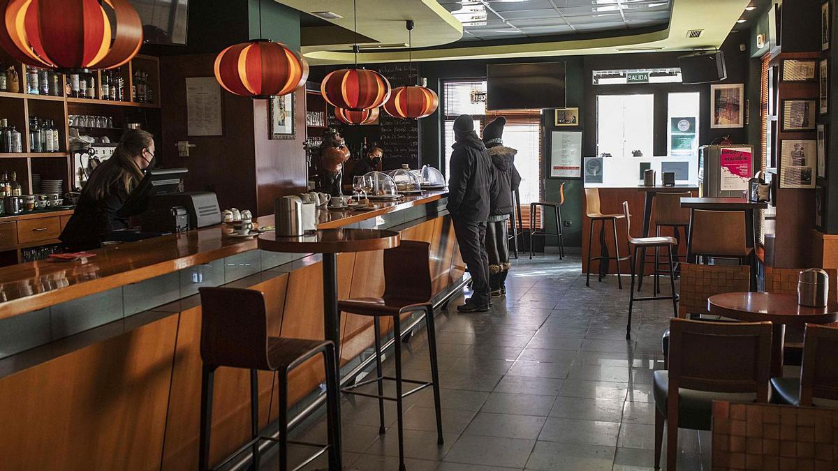 Clientes en el interior del Bar Aureto, ayer por la mañana. | Emilio Fraile