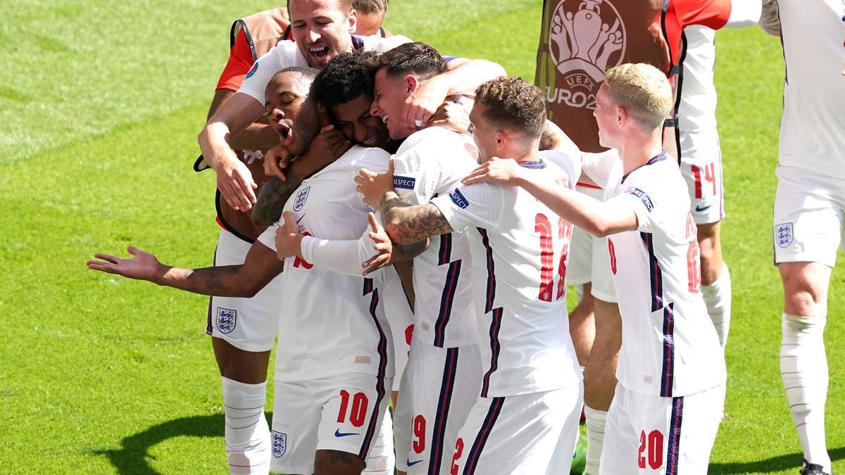 La selecció anglesa celebra el gol de Raheem Sterling