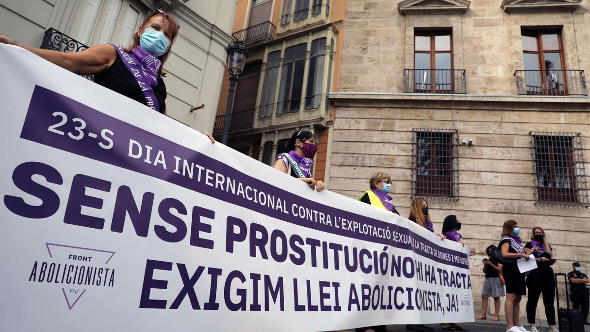 La concentración del Front Abolicionista ayer en València.