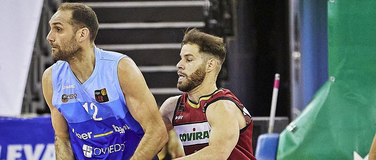 Arteaga, con el balón, presionado por Christian Díaz, ayer en el Palacio de los Deportes  de Granada. | Fundación CBG / Fermín Rodríguez