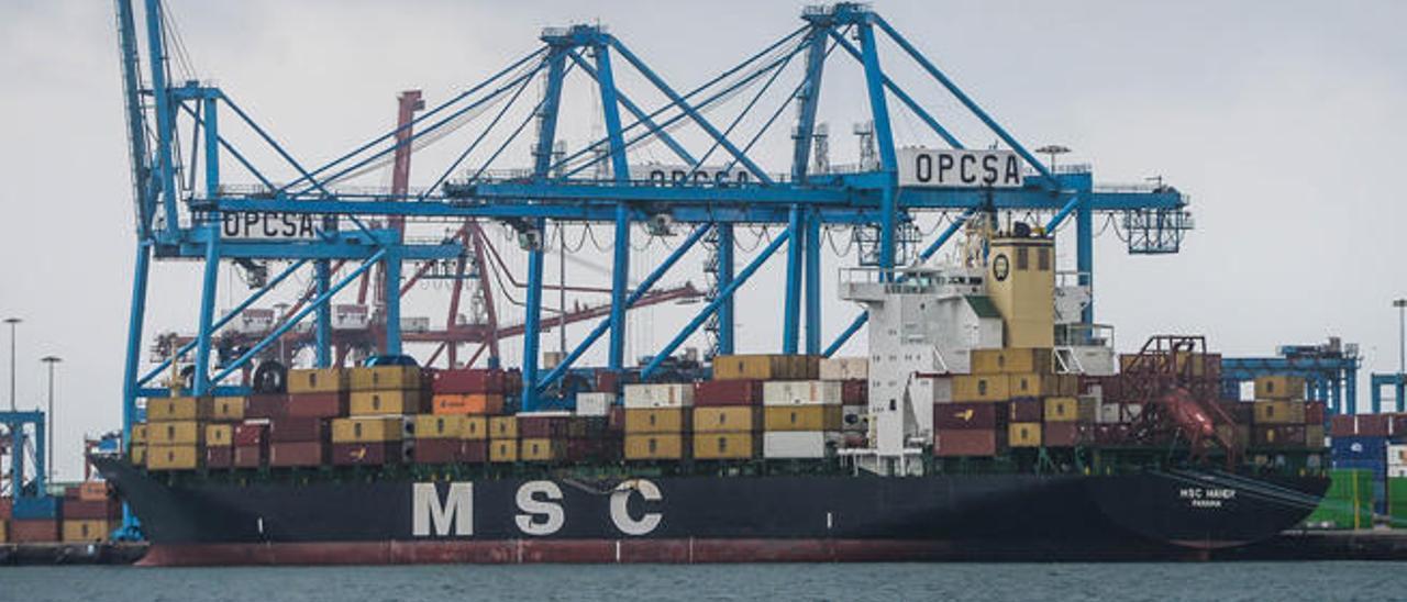 El buque 'MSC Mandy', durante las labores de estiba en el muelle de León y Castillo, el pasado viernes.