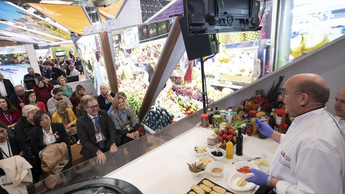 El presidente de la Diputación y la diputada de Turismo, en Fitur 2020 durante un 'show-cooking', que esta vez no se podrá celebrar debido al covid.