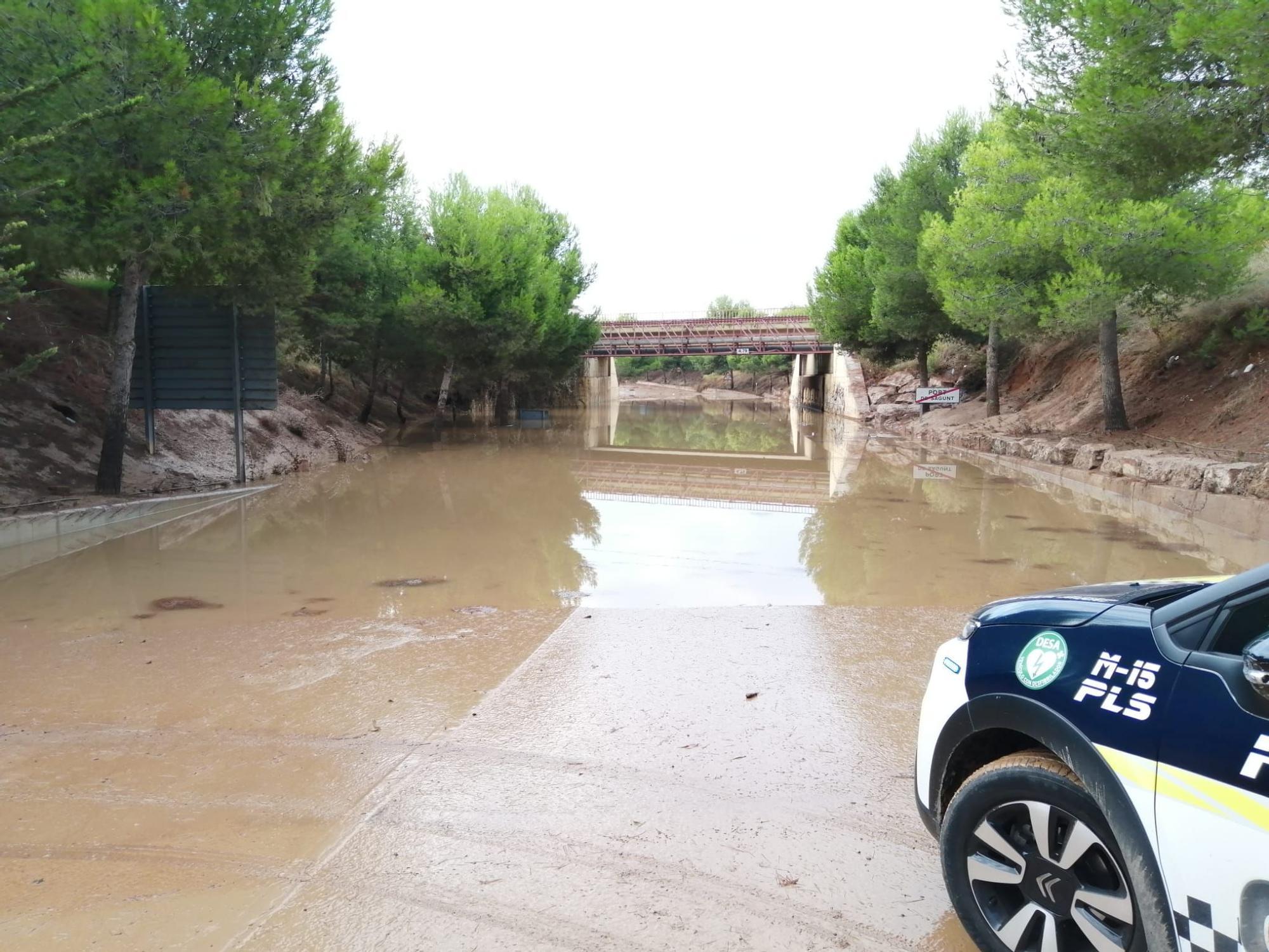 El agua todavía inunda la salida sur del Port de Sagunt