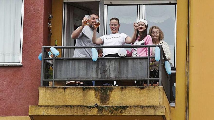 Un grupo disfruta de la edición de 2020 de El Bollo en un balcón. | M. V.