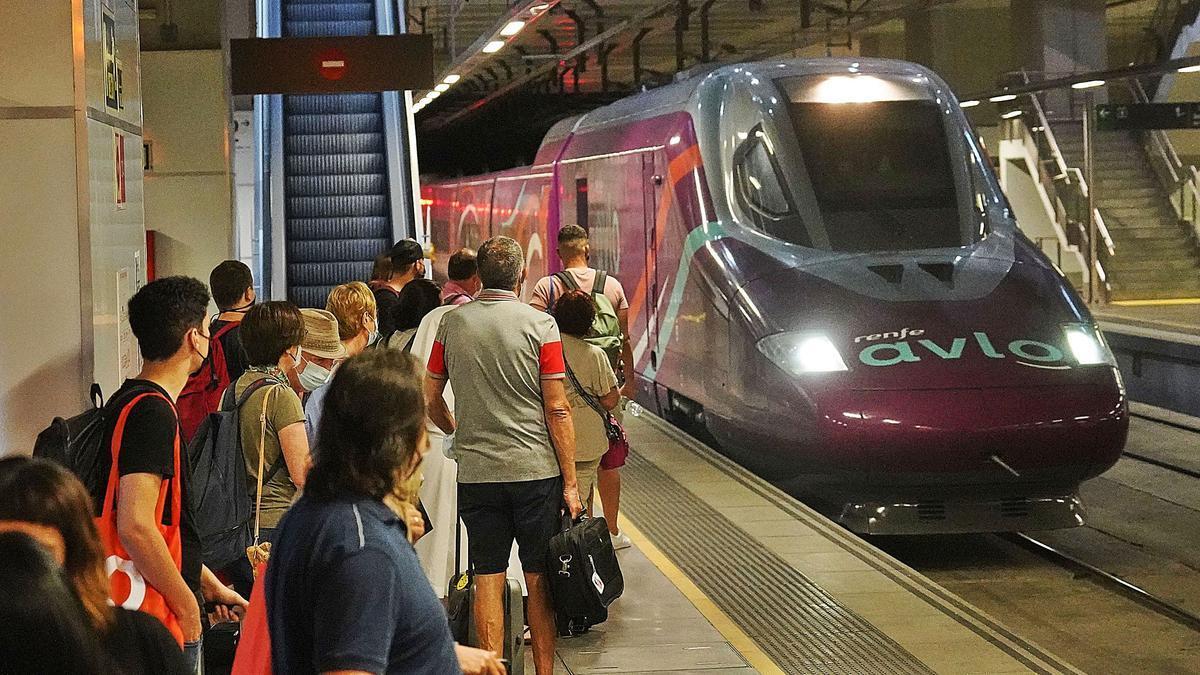 Passatgers a punt de pujar  al primer Avlo a l'estació de  Girona.  marc martí
