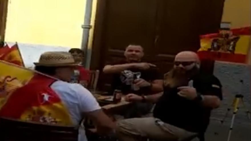 Amenazas y agresión a un joven que grabó a un grupo con una bandera franquista en La Laguna