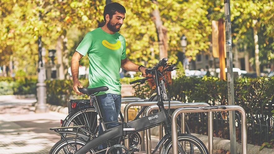 Un usuario de Bive, aparcando una de sus bicicletas.