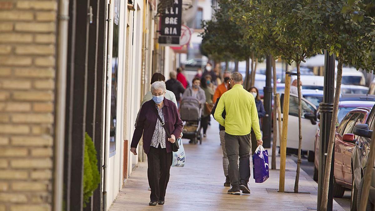 Viandantes por la calle comercial Martínez Valls de Ontinyent, ayer por la mañana | PERALES IBORRA