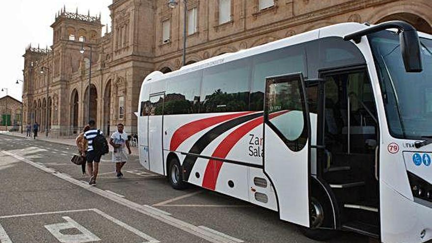 Un autobús, a la entrada de la estación de trenes de Zamora.