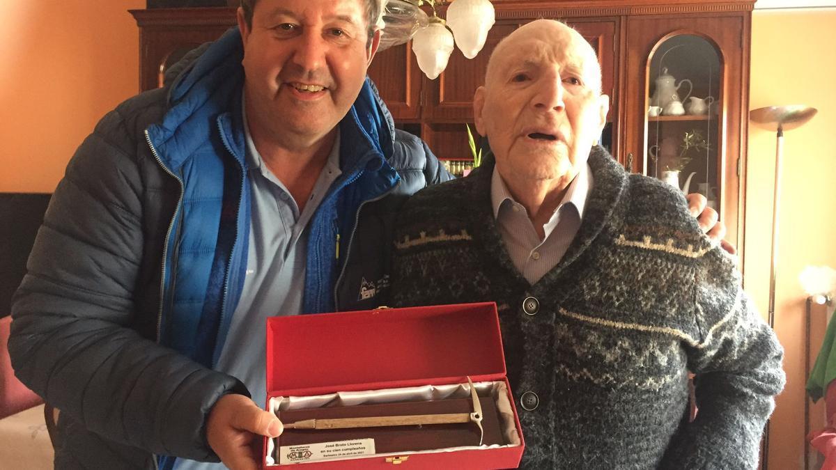 José Masgrau, actual presidente, entregó a Pepe Broto una replica de un piolet.
