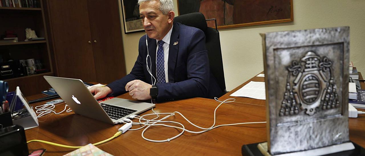 García Granda durante una videoconferencia Teams en su despacho