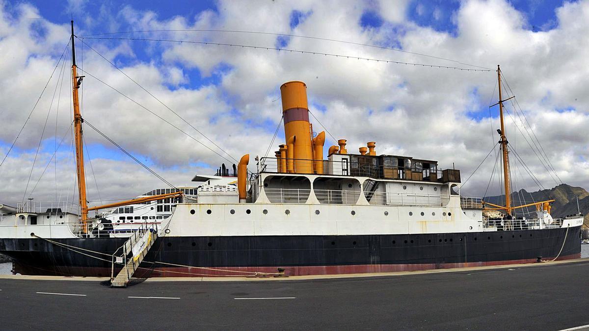 Imagen del correíllo en su atraque del Muelle Sur del puerto santacrucero.