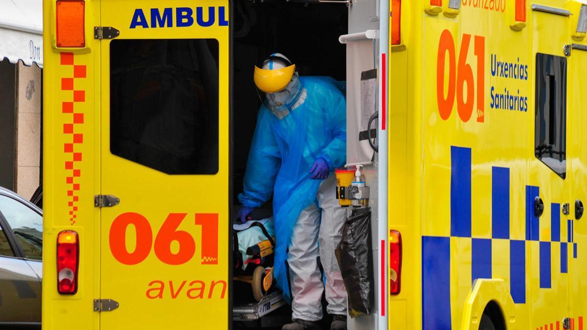 Un equipo médico  del 061 atienden una urgencia en Vilagarcía
