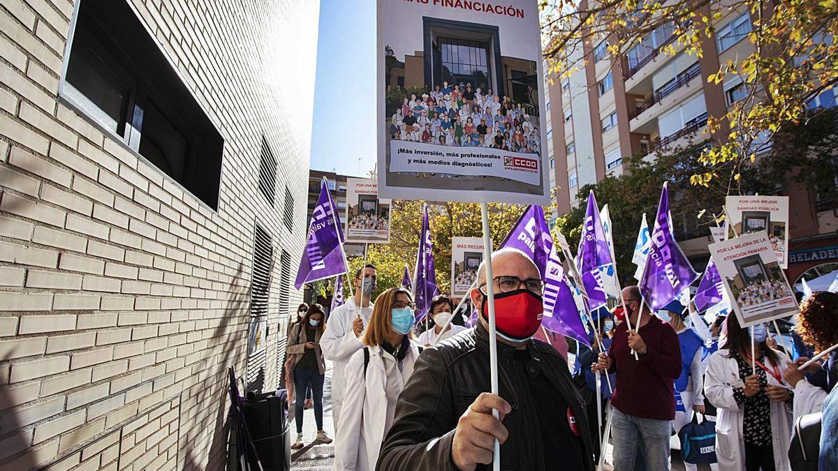 Una de las concentraciones de ayer, ante el centro de salud de Alfahuir, en València.