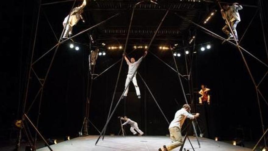 L'EscèNit porta el circ contemporani dels acròbates francesos Bivouac a Girona