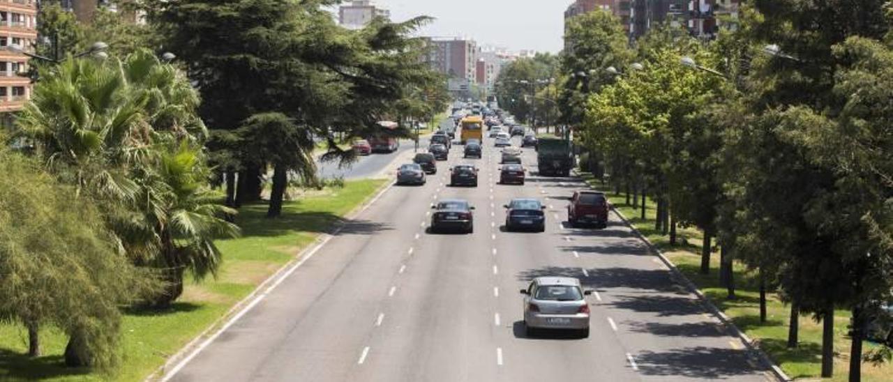 Entrada a València con tráfico poco denso en la Avenida del Cid.
