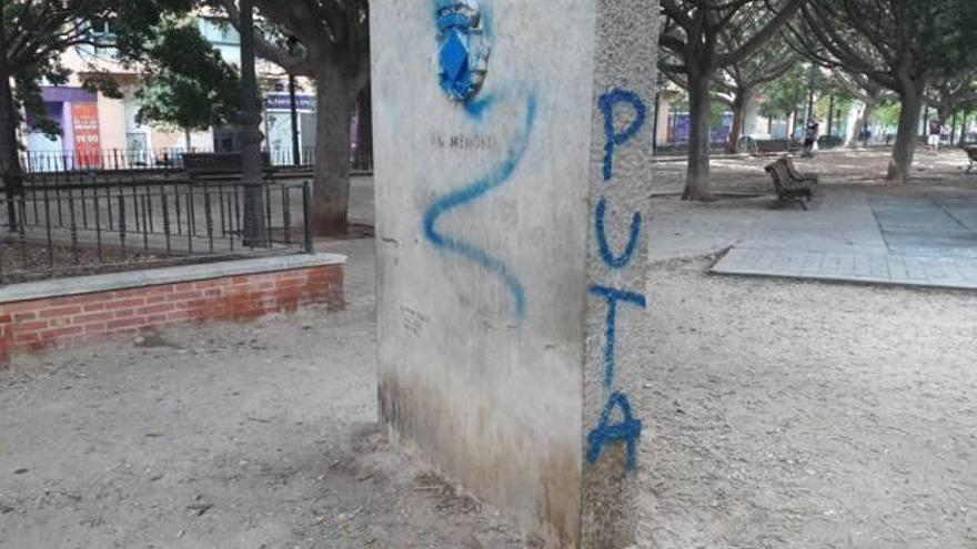 Pintadas en el monolito a las víctimas del metro
