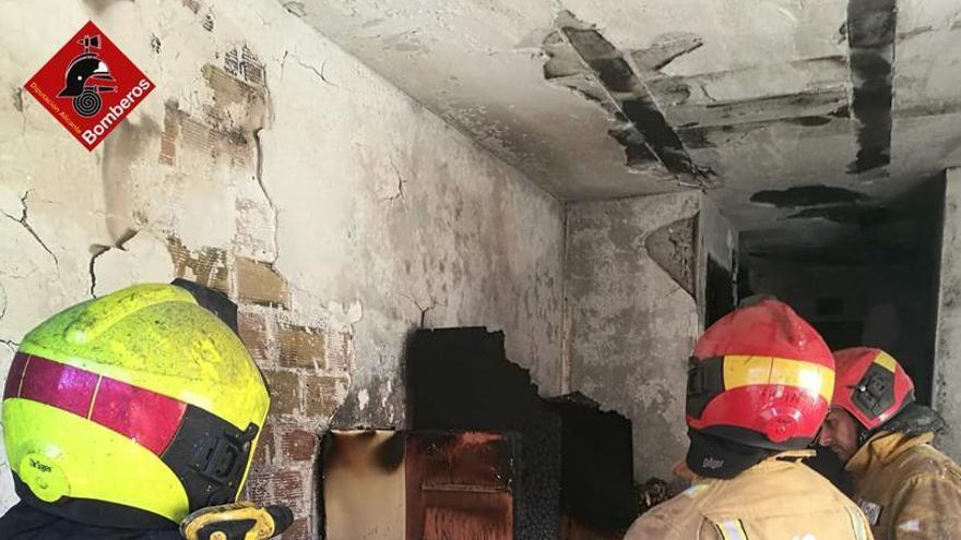 Un incendio calcina una vivienda en un séptimo piso en Torrevieja