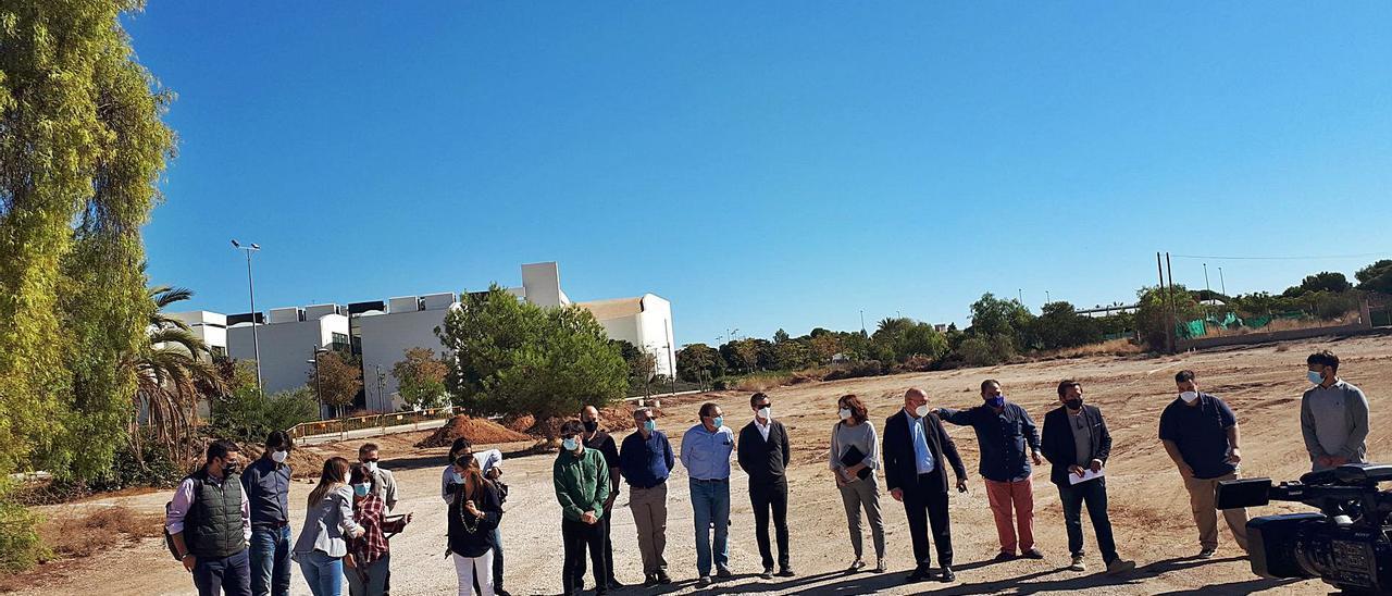 Parte de la corporación visitó, junto a la UTE que construirá el pabellón, el solar donde han comenzado las obras.