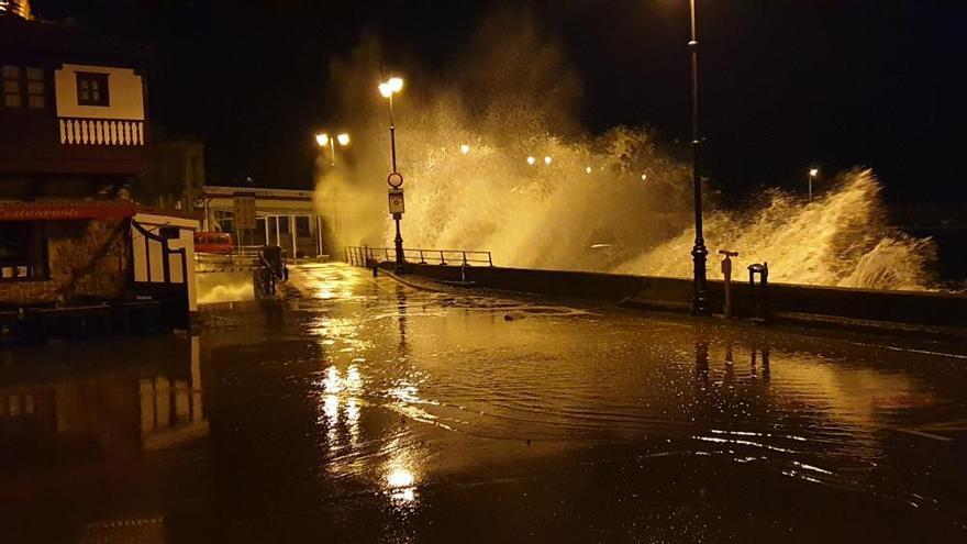 Amaina el temporal en Asturias tras dejar olas de más de 8 metros durante la noche