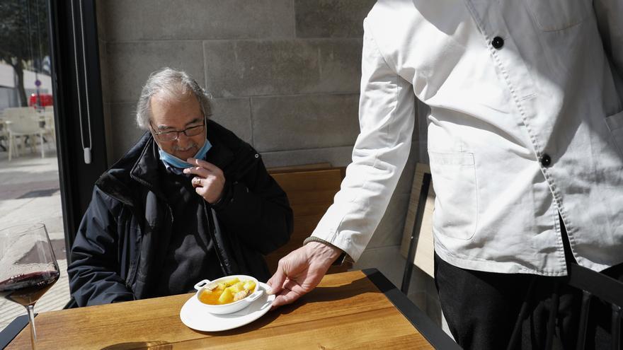 Oviedo empieza a degustar diez mil euros de campanu convertidos en cien tapas gratis de marmitako