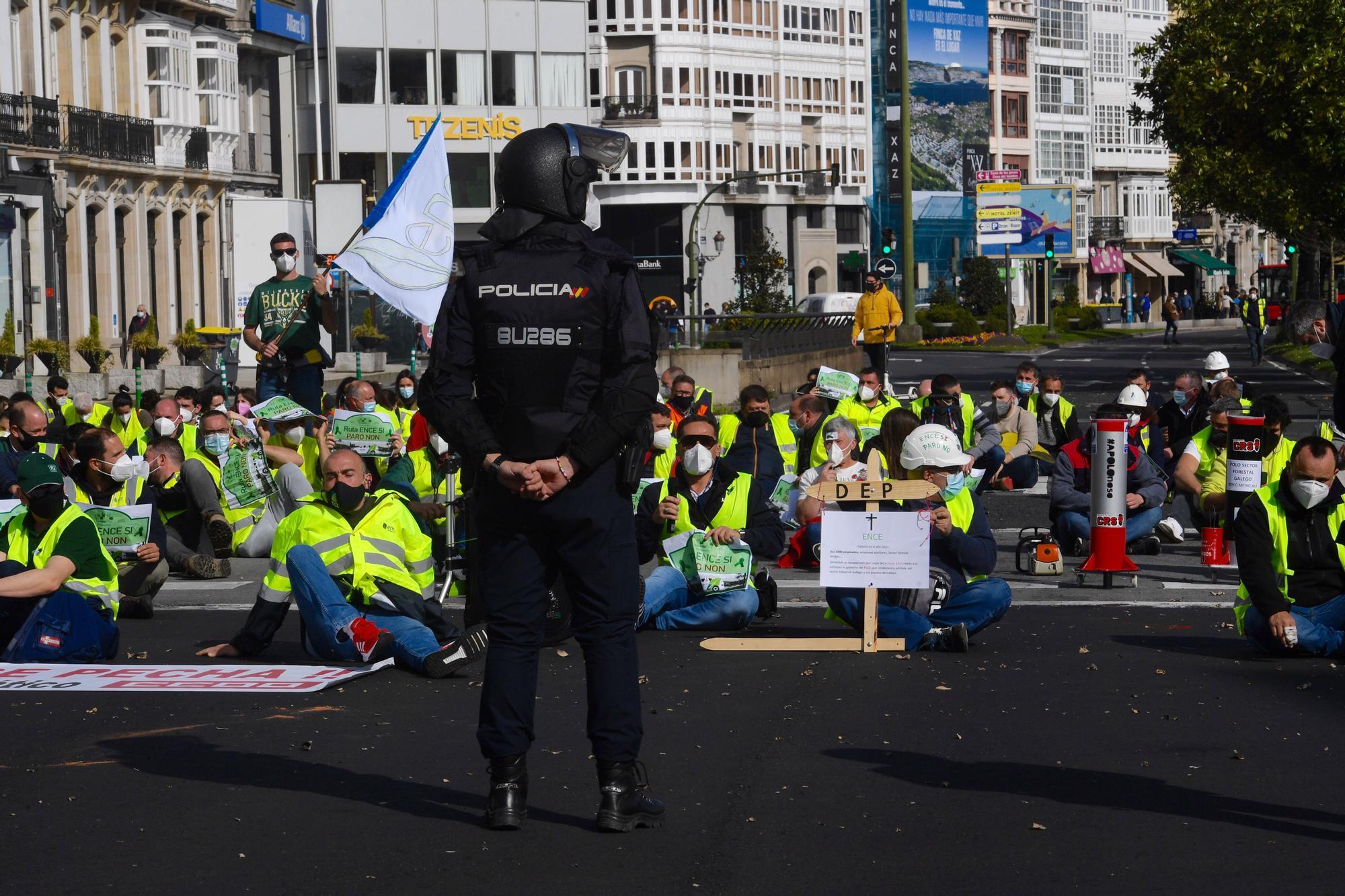 Trabajadores de Ence y transportistas se movilizan en A Coruña para exigir garantías de empleo