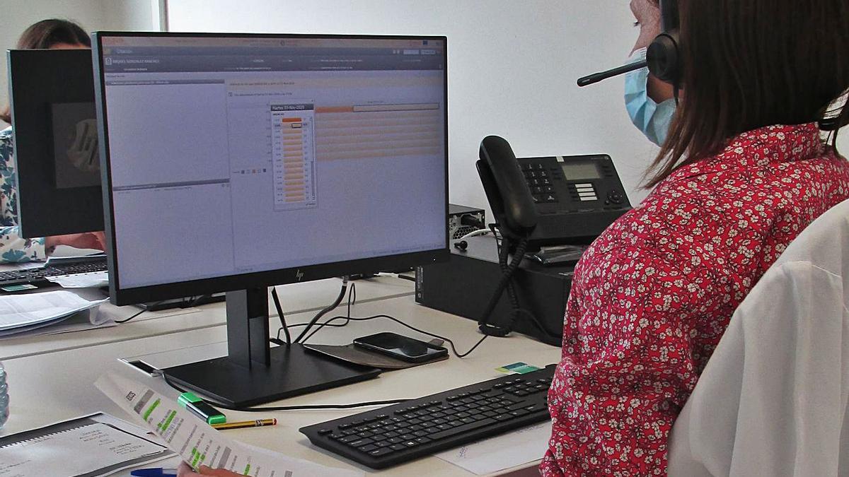 Una de les professionals que atén el centre de telefonades del departament de salut. | LEVANTE-EMV