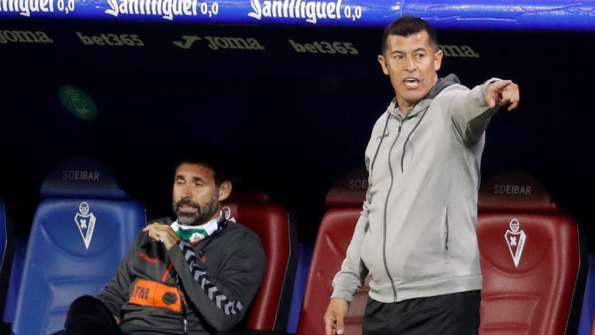 El técnico del Elche, Jorge Almirón, anoche en Ipurua.