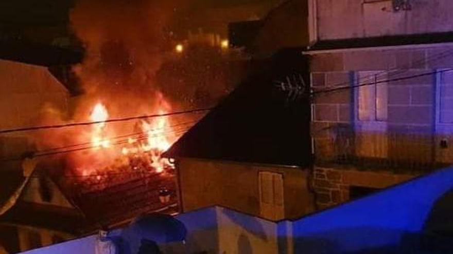 El incendio superó el fallado y las llamas se veían más allá del tejado.