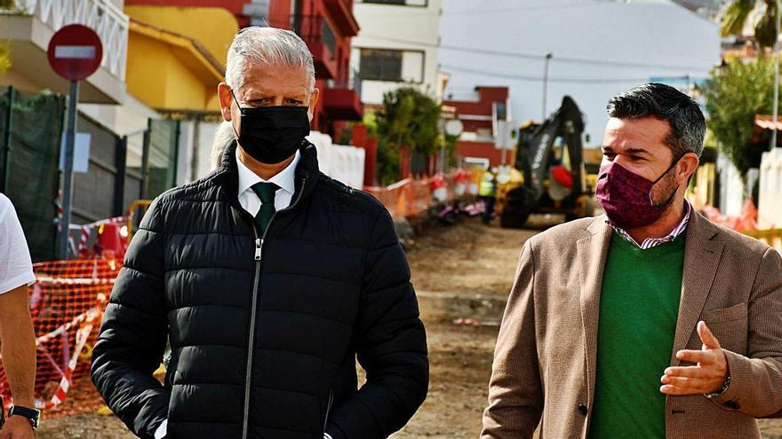 El alcalde, Francisco Linares, junto al consejero de Cooperación Municipal, Zebenzuí Chinea, en Las Palmeras.